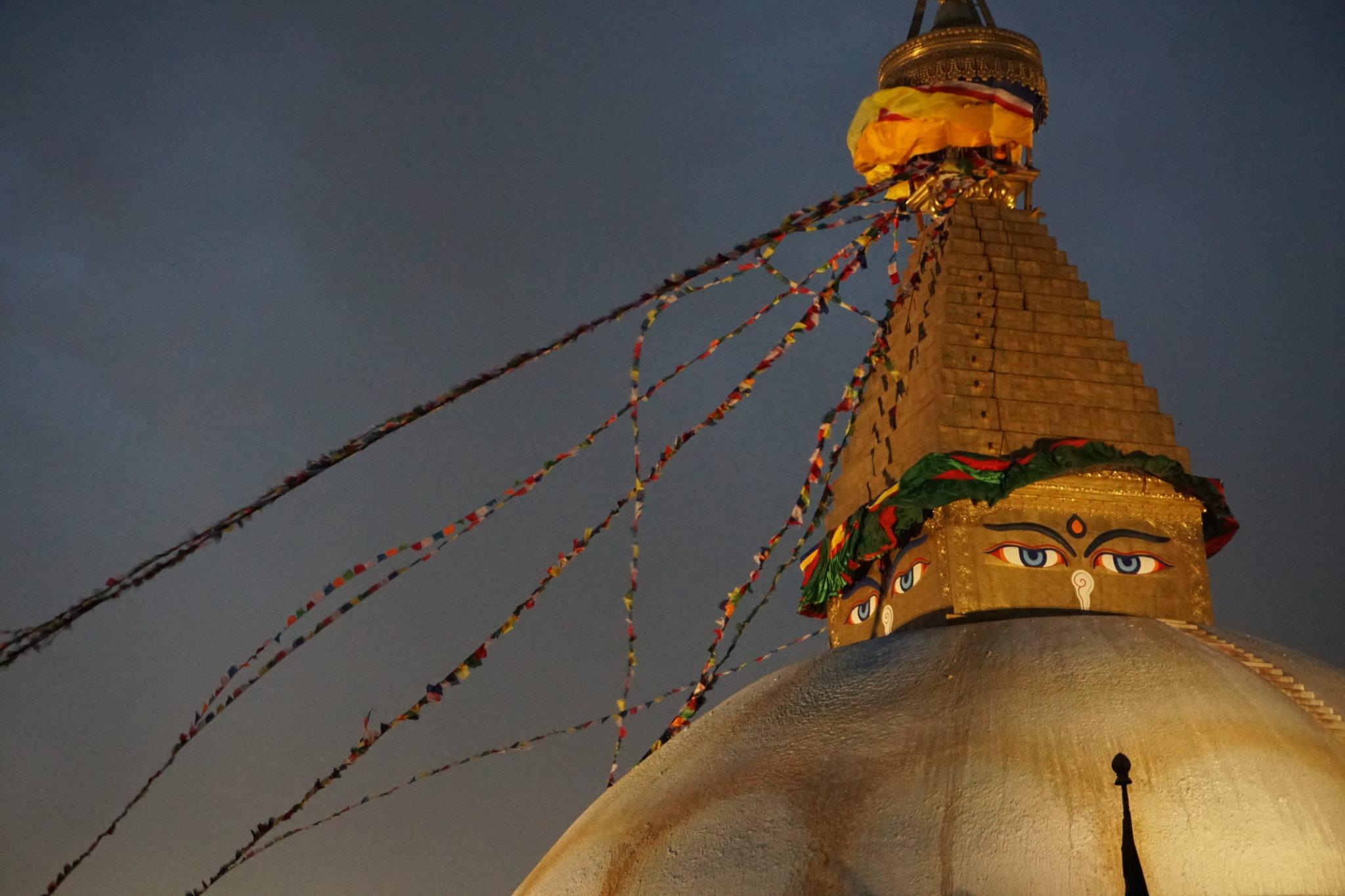 Dach der Boudha-Stupa vor dunkel-lilanem Himmel