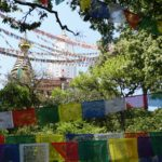 Swayambhunath-Pagoda mit vielen bunten Gebetsfahnen davor