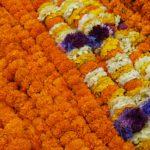 Orangene Blumenketten auf dem Markt im Zentrum von Kathmandu