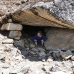 Mona in einer Höhle auf dem Trekking-Pfad zum Everest Base Camp