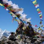 Marcel im Himalaya mit nepalesischen Gebetsfahnen um ihn herum