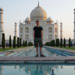 Marcel vor dem Taj Mahal bei Sonnenaufgang in Agra