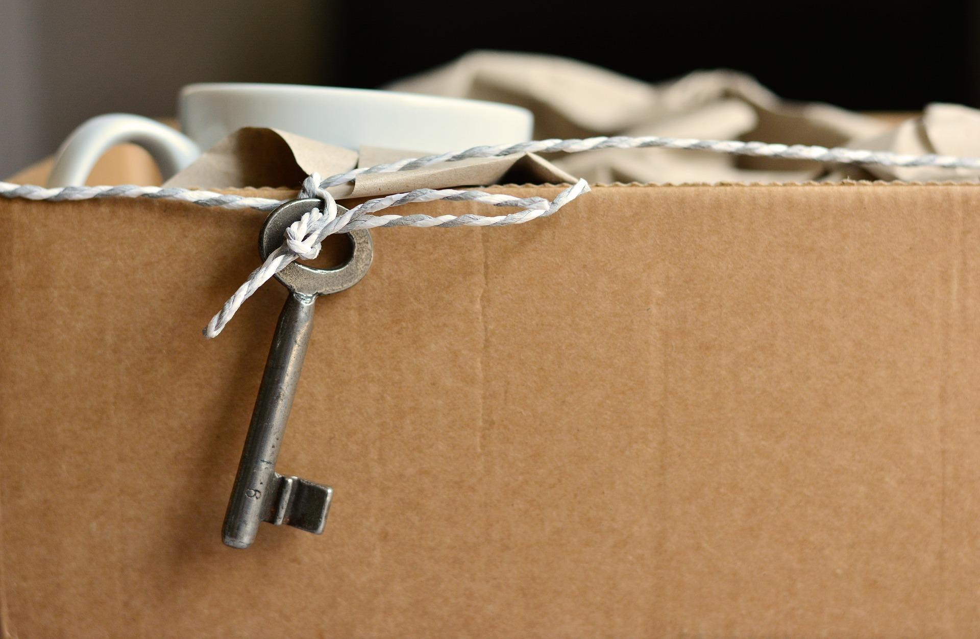 Kiste mit angebundenem Schlüssel