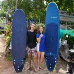 Mona und Marcel mit Surfboards nach ihrer Surf-Stunde