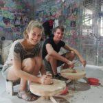 Mona und Marcel beim Töpfern im Keramikdorf Bat Trang nahe Hanoi