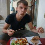 Marcel isst Oktopus auf dem Nachtmarkt von Hoi An