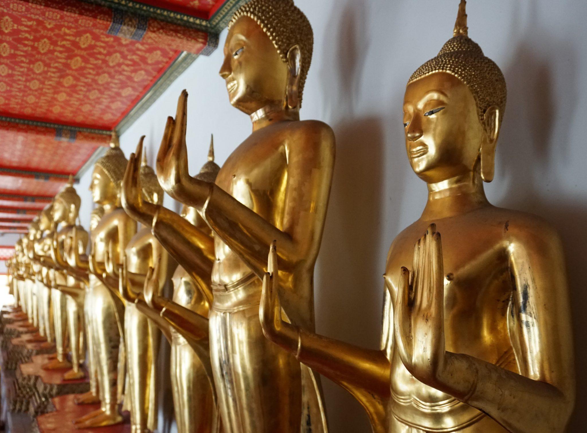 Goldene Buddha-Statuen im Tempel in Bangkok