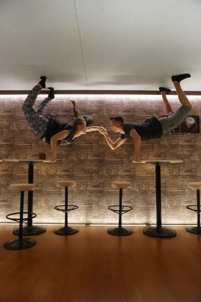 Lustiges Foto von Marcel und Mona im Upside-Down-Museum in Georgetown