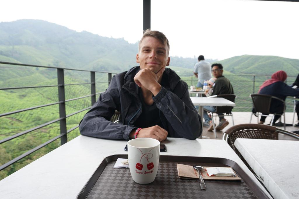 Marcel hinter meiner Tasse mit dampfenden Grünem Tee aus der BOH-Teeplantage in den Cameron Highlands