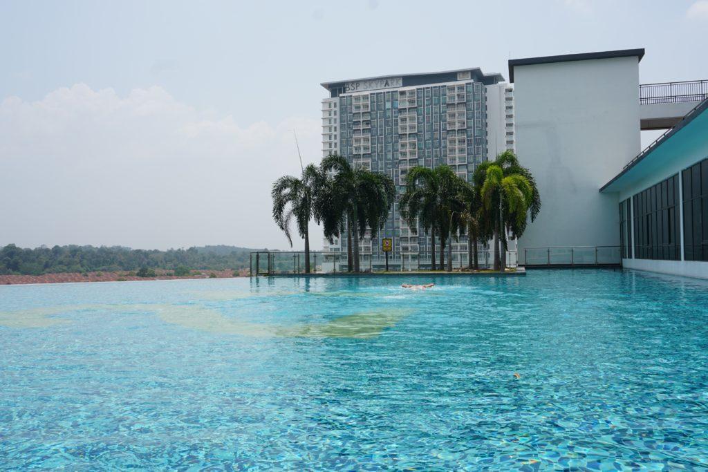 Pool mit Palmen im BSP21-Wohnkomplex nahe Kuala Lumpur.
