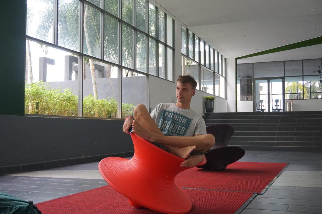Marcel auf lustigem Hocker im BSP21-Wohnkomplex nahe Kuala Lumpur.
