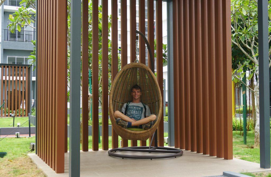 "Marcel in ""Vogelnest-Stuhl"" im BSP21-Wohnkomplex nahe Kuala Lumpur."