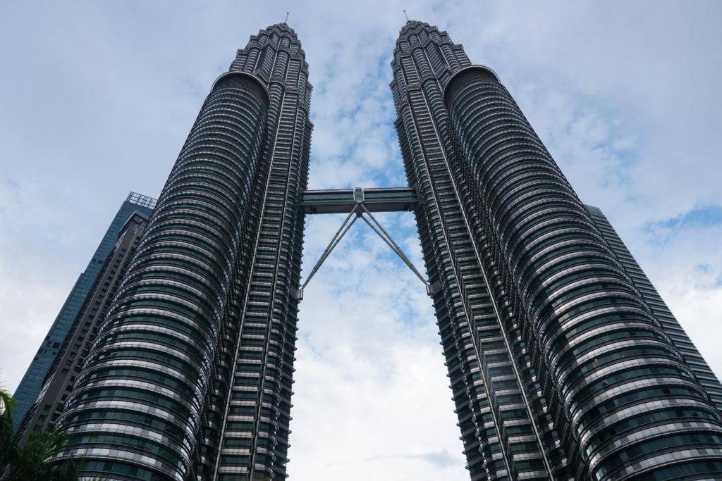 Foto der Petronas Zwillingstürme aus der Froschperspektive