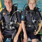 Mona und Marcel mit Tauchausrüstung im Tauchboot