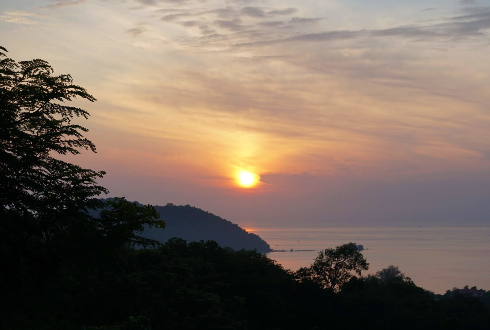 Sonnenaufgang über dem Meer. Ausblick aus unserer Workaway-Unterkunft.