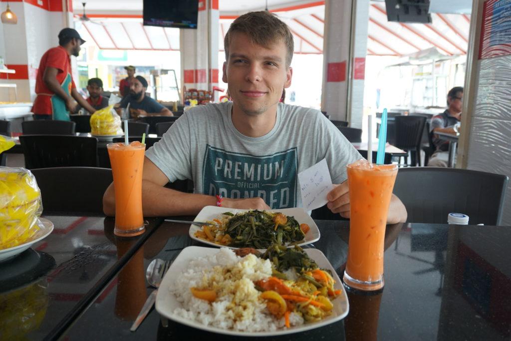 Mittagessen beim Inder: Marcel mit riesiger Portion Reis vor sich.