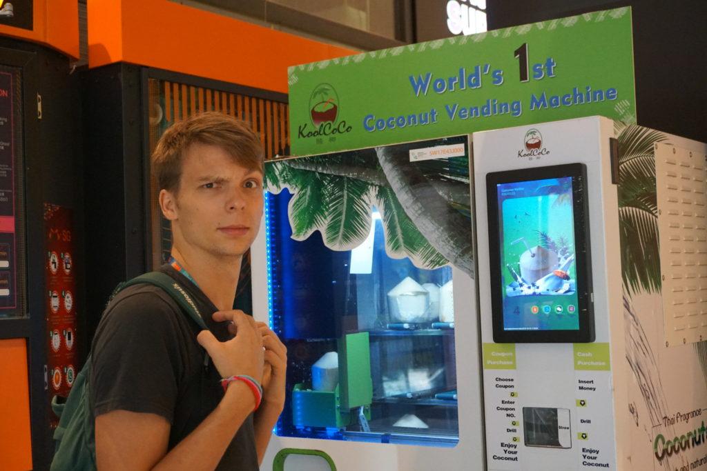 Marcel vor der World 1st Coconut Vending Machine