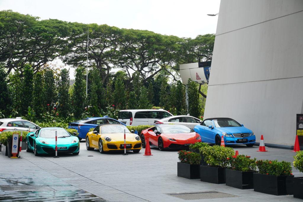 Vier Autos auf dem Parkplatz des Marina Sands Bay Hotels in Singapur