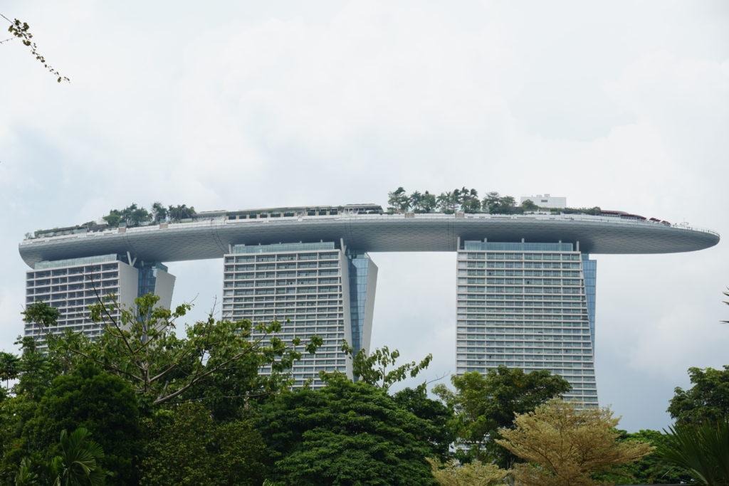 Seitaufnahme des Marina Sands Bay Hotels in Singapur