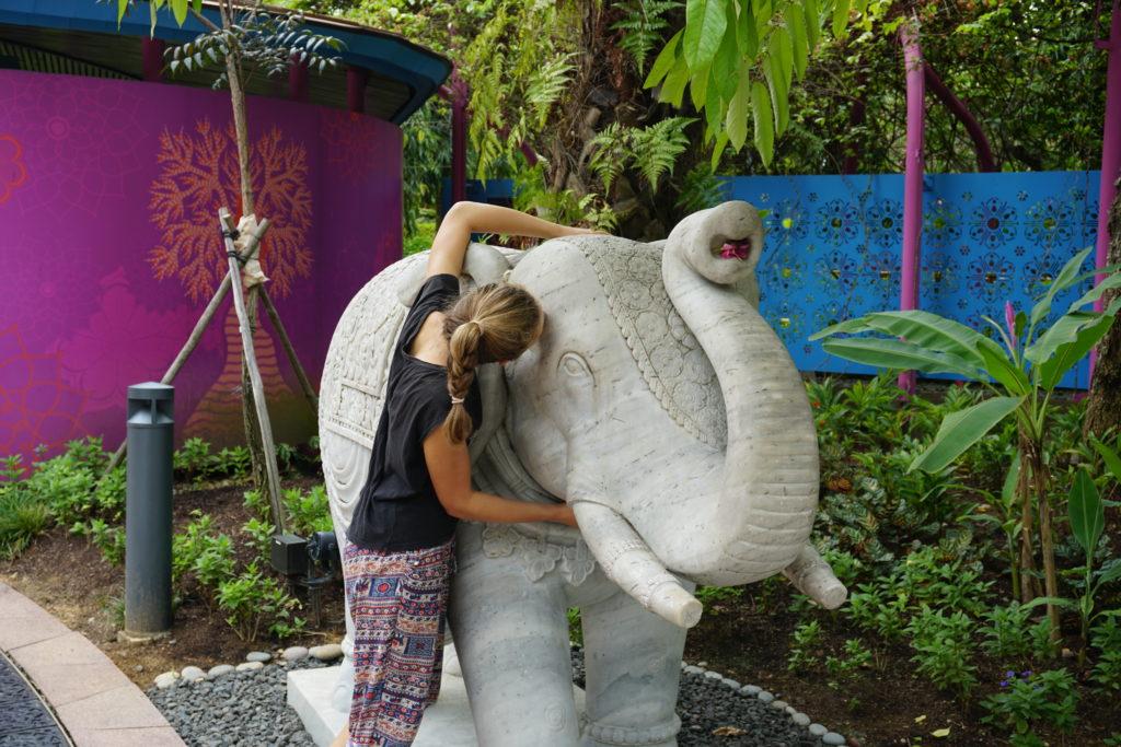 Mona küsst steinernen Elefanten in Gardens By The Bay Singapore