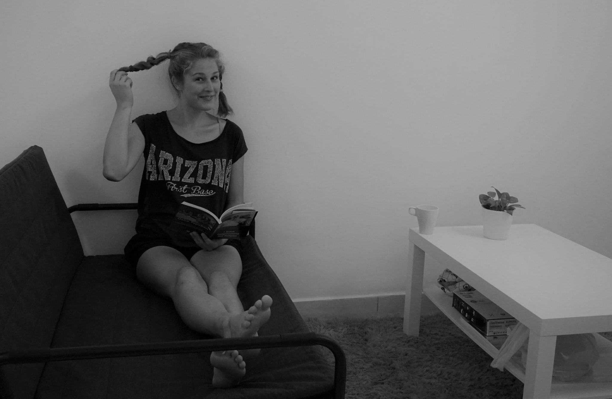 Mona mit Pippi Langstrumpf-Zöpfen beim Lesen