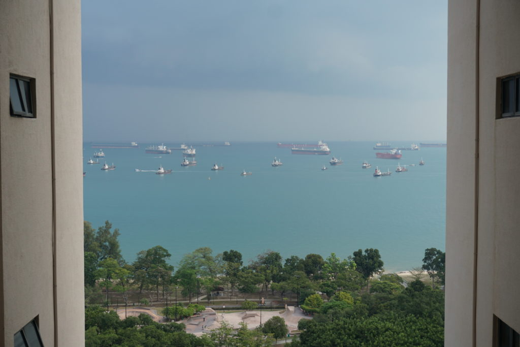 Merrblick mit vielen Frachtschiffen vom Balkon eines Hochhauses.
