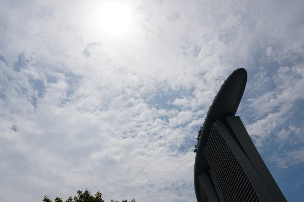 Marina Sands Bay Hotel in Singapur aus der Froschperspektive