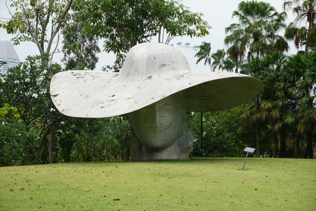 Frau mit Hut Skulptur in Gardens By The Bay Singapore