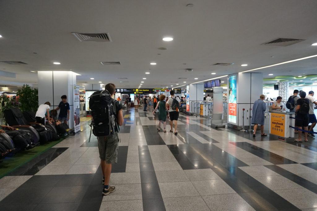 Marcel mit Rucksack im Fähren-Terminal von Singapur.