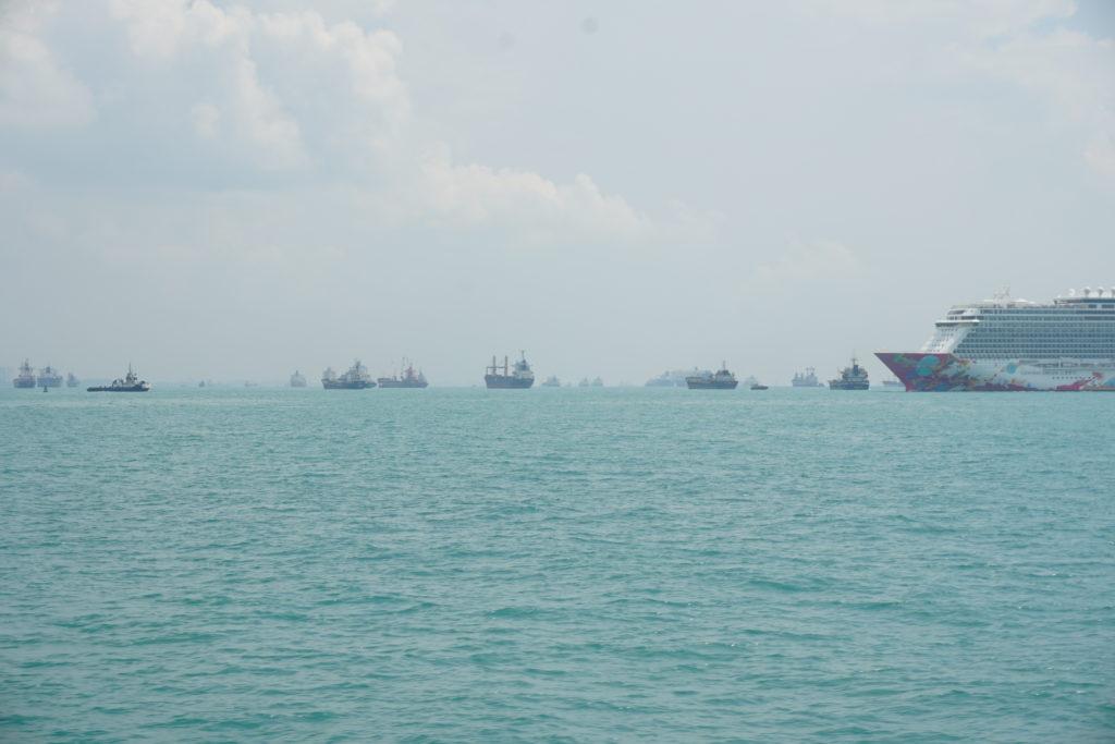 Schiffe im Meer vor Singapur. Sicht von der Fähre nach Batam.