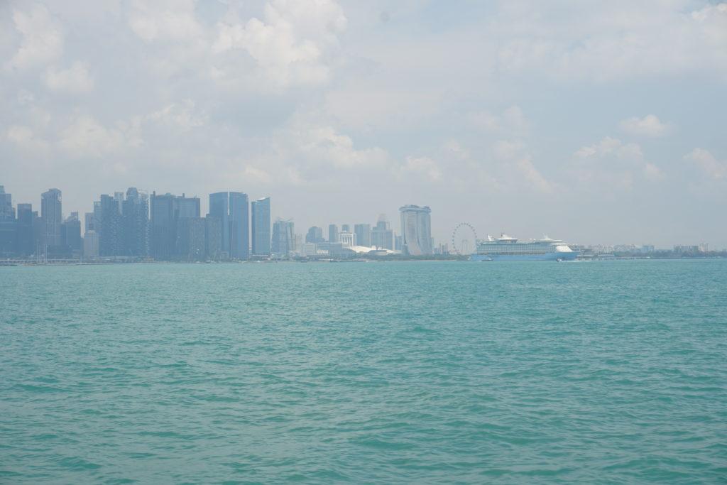 Skyline von Singapur. Sicht von der Fähre nach Batam.