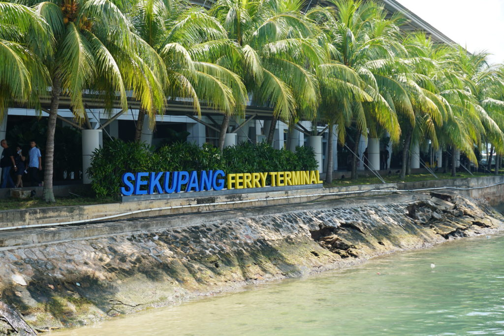 Blick auf das Ankunftsterminal des SEKUPANG Ferry Terminals.