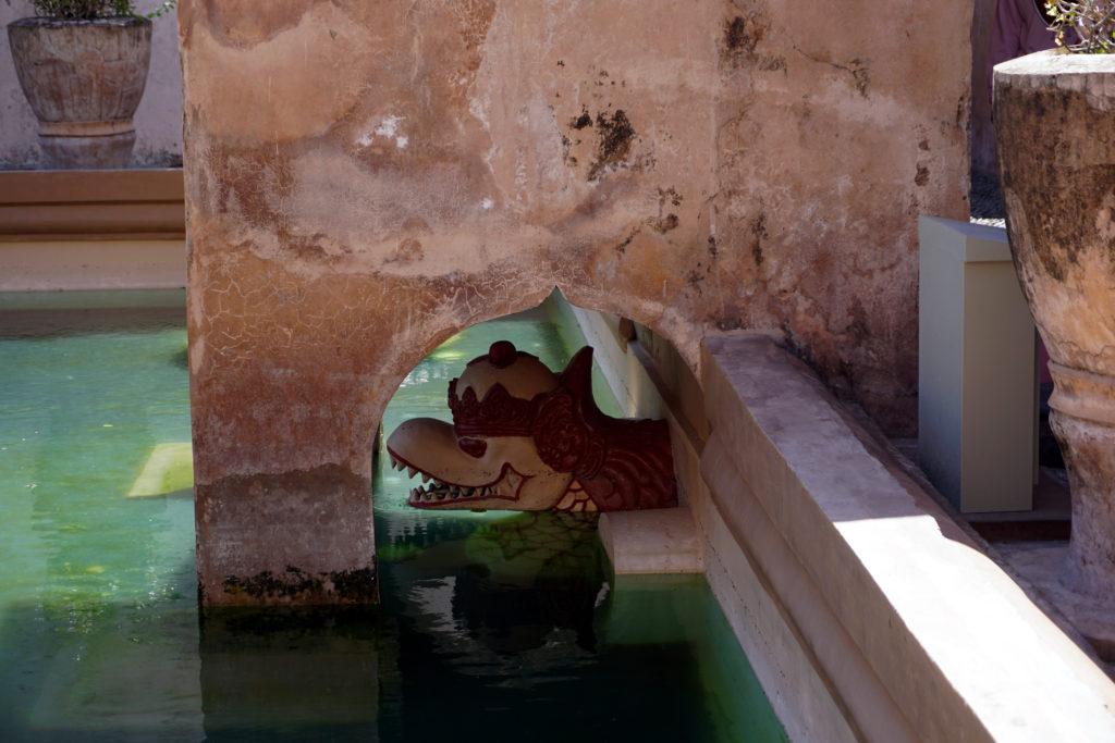 Stein-Löwenkopf im Wasserschloss Taman Sari