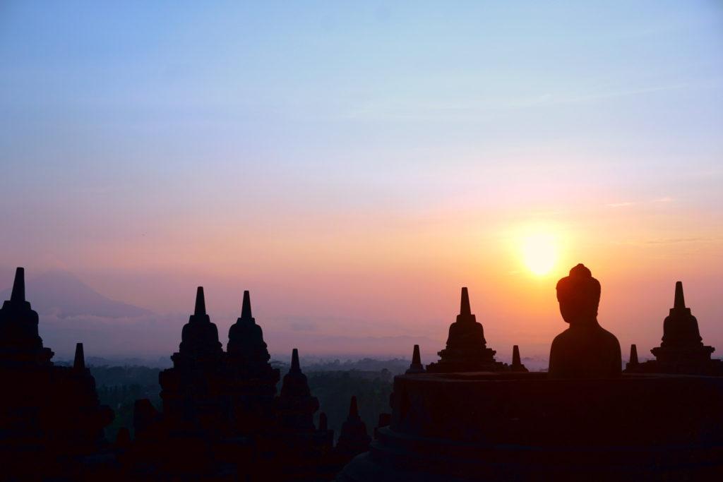 Panorama-Bild des Sonnenaufgangs über den Tempelanlagen von Borobudur.