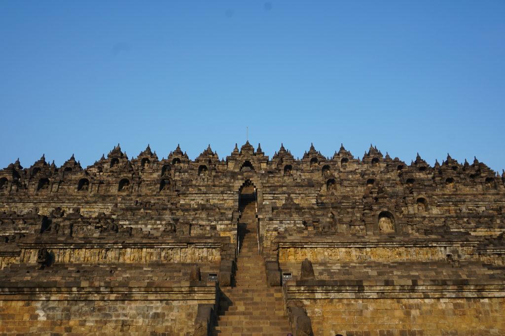 Foto der Tempelanlagen von Borobudur nach Sonnenaufgang.