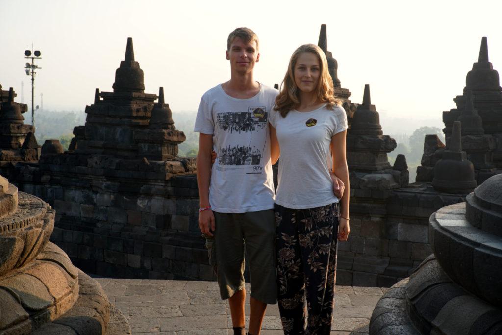 Paarbild von Marcel und Mona in den Tempelanlagen von Borobudur.