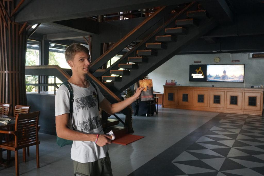 Marcel mit einem Geschenk der Sunrise Tour im Manohara Hotel