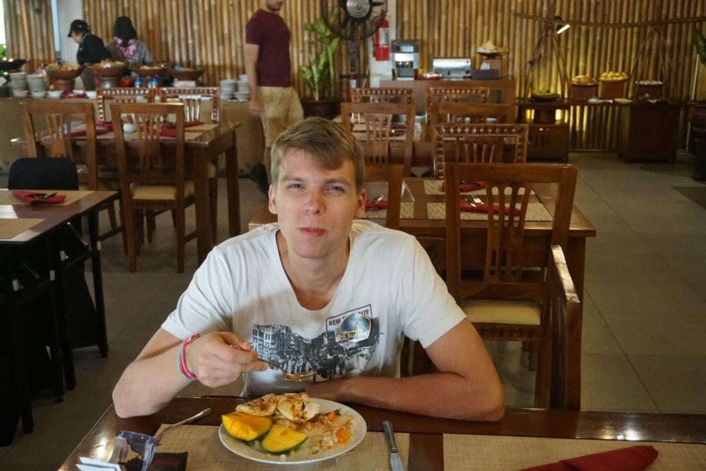 Marcel beim Frühstücken im Manohara Hotel Borobudur