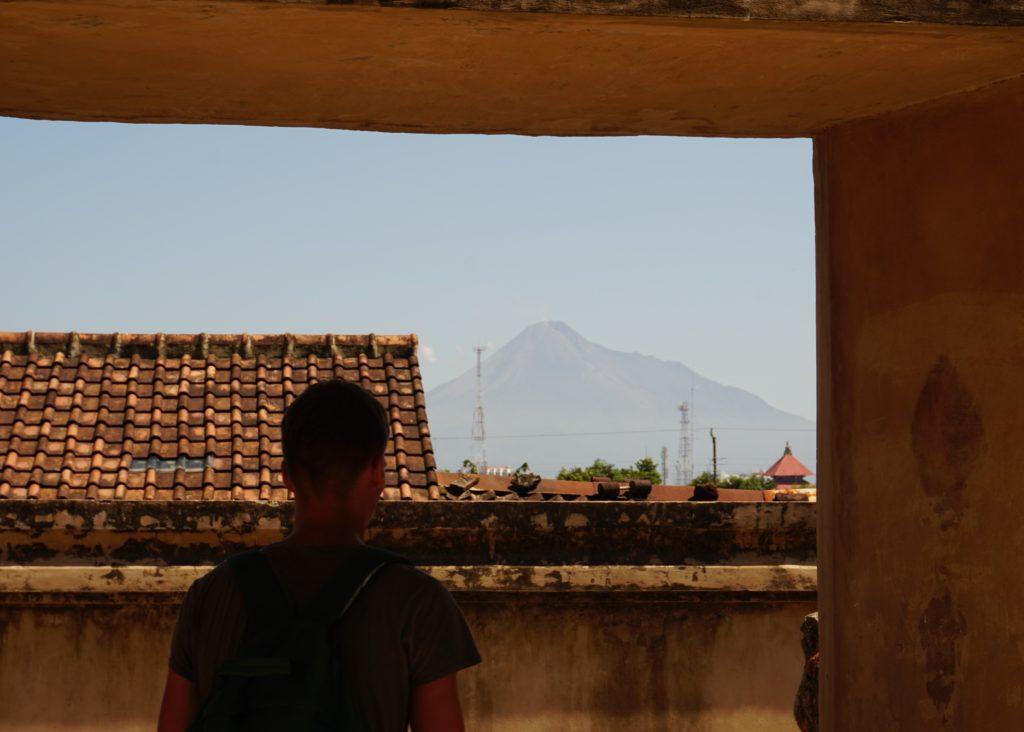 Foto von Marcel mit dem Vulkan Merapi im Hintergrund