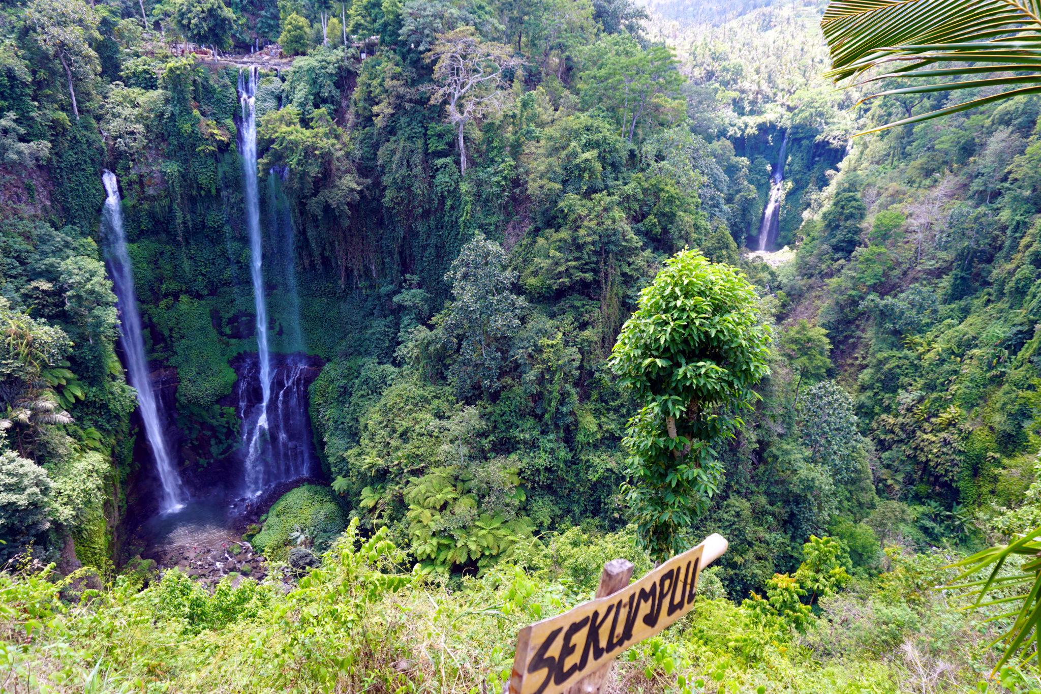 Foto von oben auf den Sekumpul-Wasserfall in Bali.