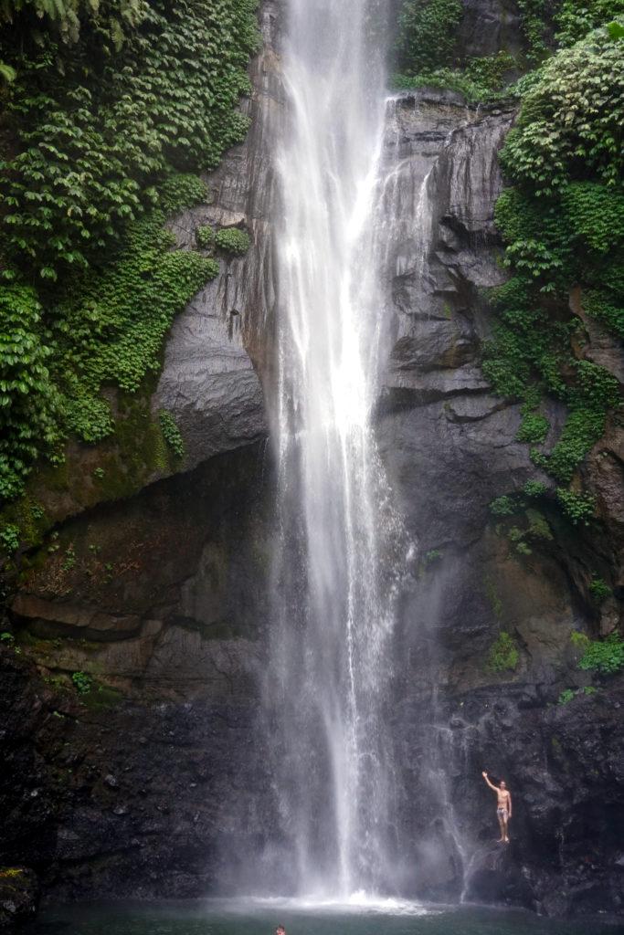 Foto von Marcel neben dem Sekumpul-Wasserfall in Bali.