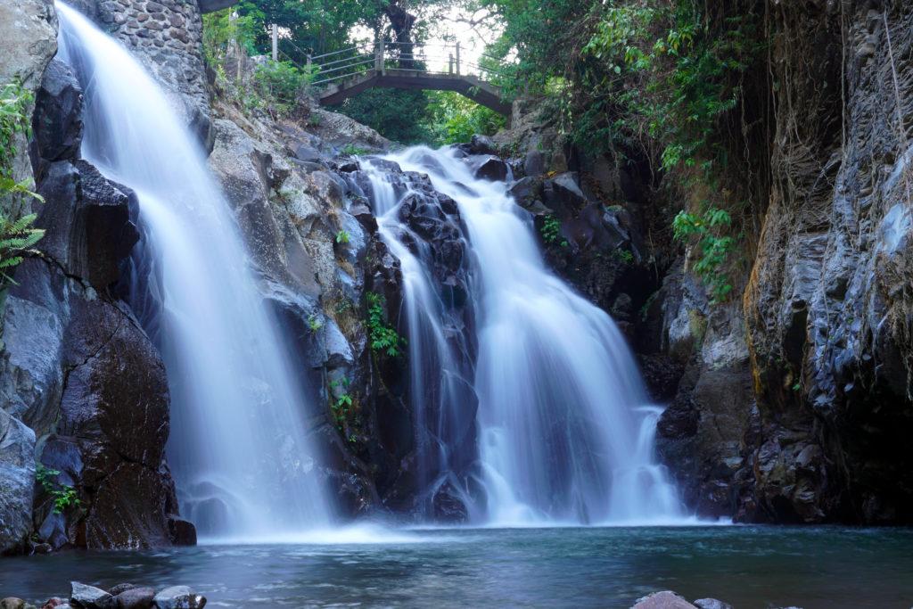 Bild mit Langzeitbelichtung vom Wasserfall nahe Aling-Aling.