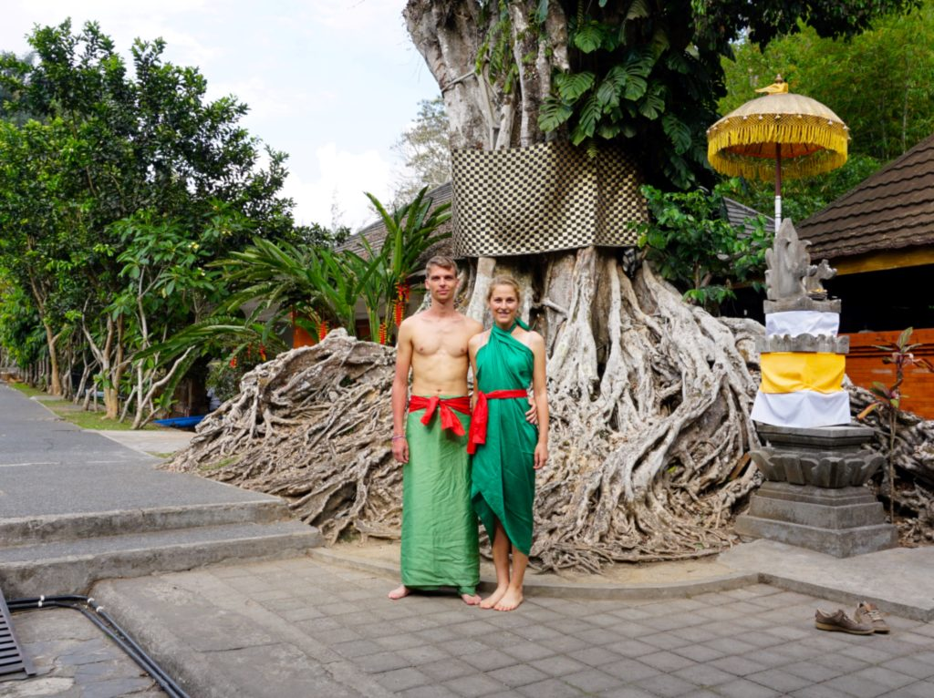 Marcel & Mona in traditioneller Kleidung nahe Pura Tirta Empul.