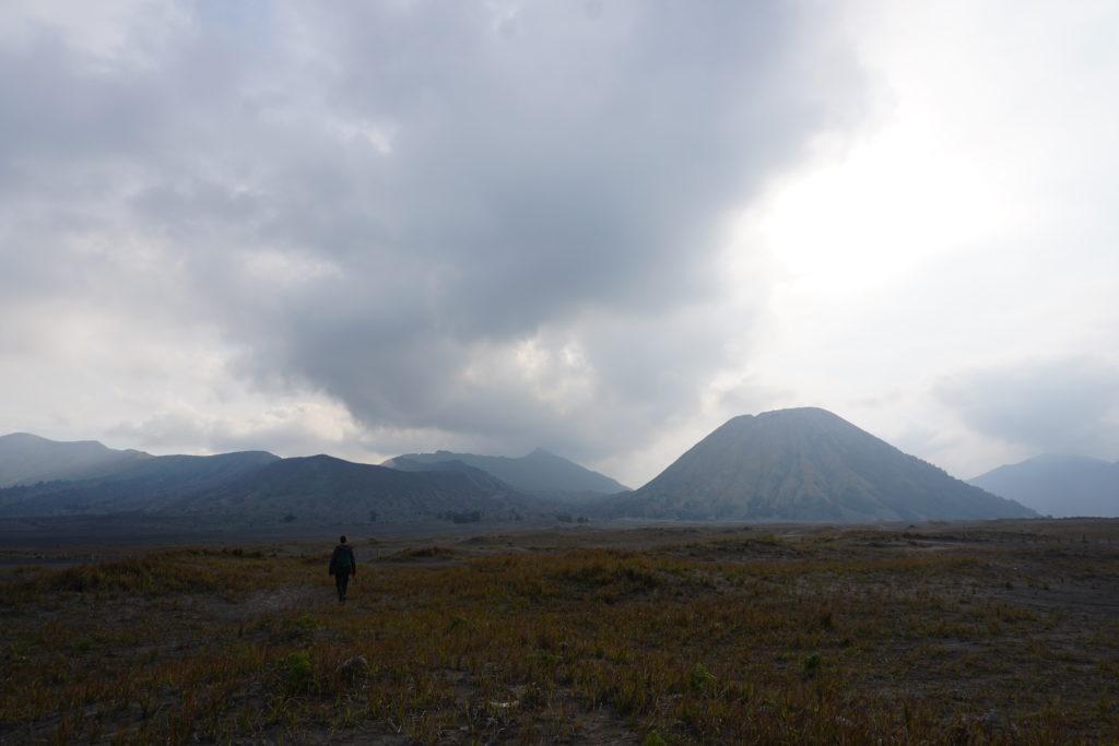 Marcel in der Vulkanlandschaft vor dem Vulkan Bromo.