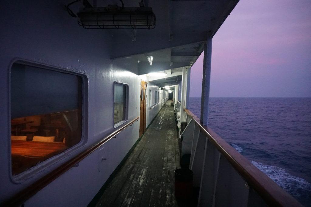 Reling des Schiffes im Abendlicht.