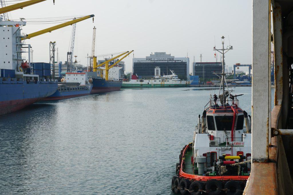 Foto auf das Ankunfts-Terminal im Hafen von Jakarta.