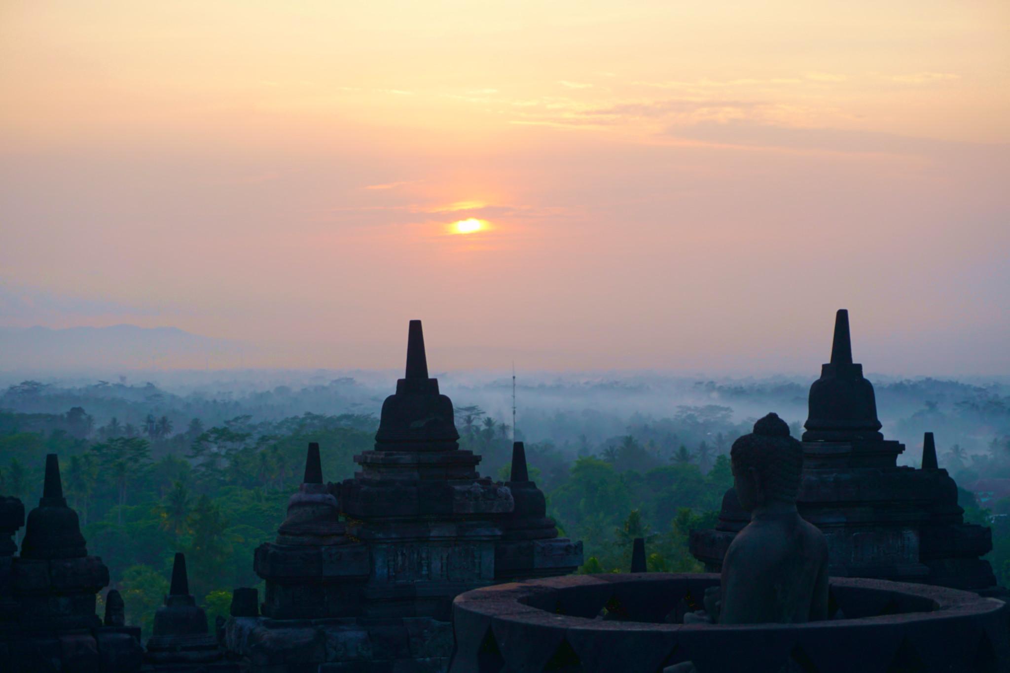 Aussicht von den Tempelanlagen von Borobodur zum Sonnenaufgang