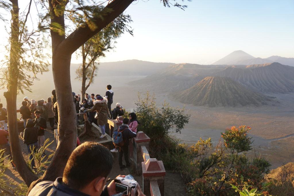 Touristen während des Sonnenaufgangs auf einer Aussichtsplattform am Penanjakan Hill.