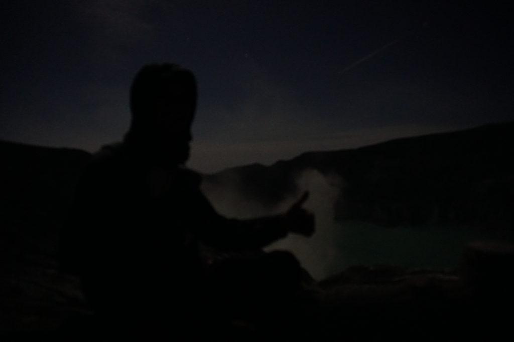 Umrisse von Marcel bei Nacht am Kratersee des Mount Ijen.