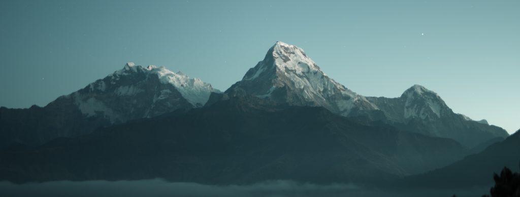 Panoramablick über verschneite Berge.